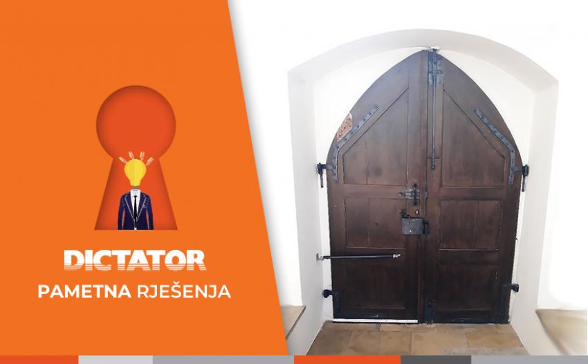 Zapiralniki vrat IZLAZNA in gotsko izvedena vrata z lokom